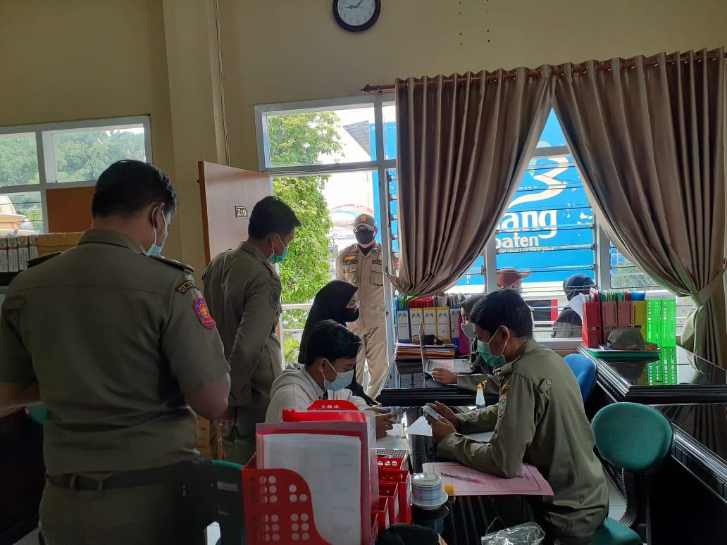 Beberapa pasangan mesum di hotel saat tahun baru di Kabupaten Malang dibawa ke kantor Satpol PP Kabupaten Malang. (Foto: Rizal Adhi/Tugu Malang/Tugu Jatim)