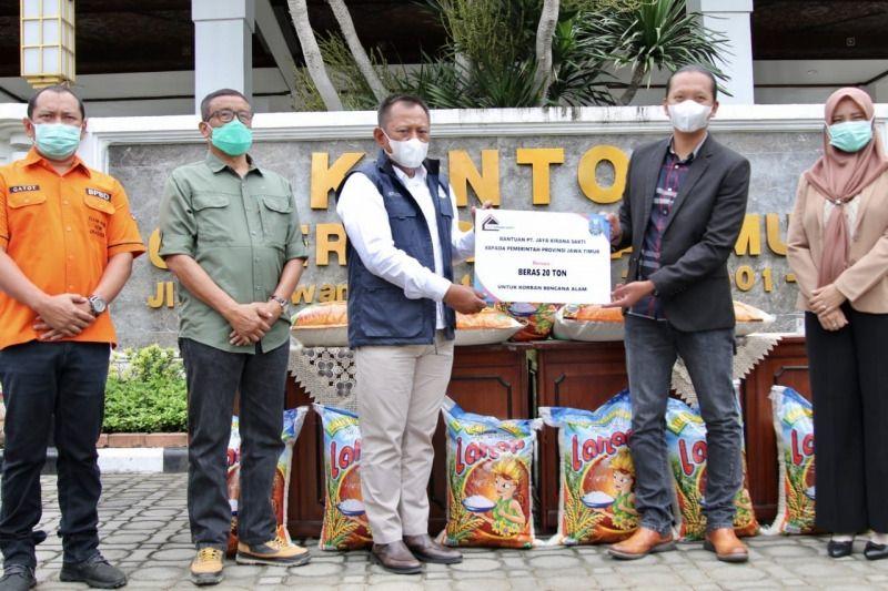 Sekdap Provinsi Jatim, Heru Tjahjono (tiga dari kiri) menerima bantuan 20 ton beras dari Direktur Utama PT Jaya Kirana Sakti, Gagah Eko Wibowo (dua dari kanan) (Foto: Dokumen/Pemprov Jatim)
