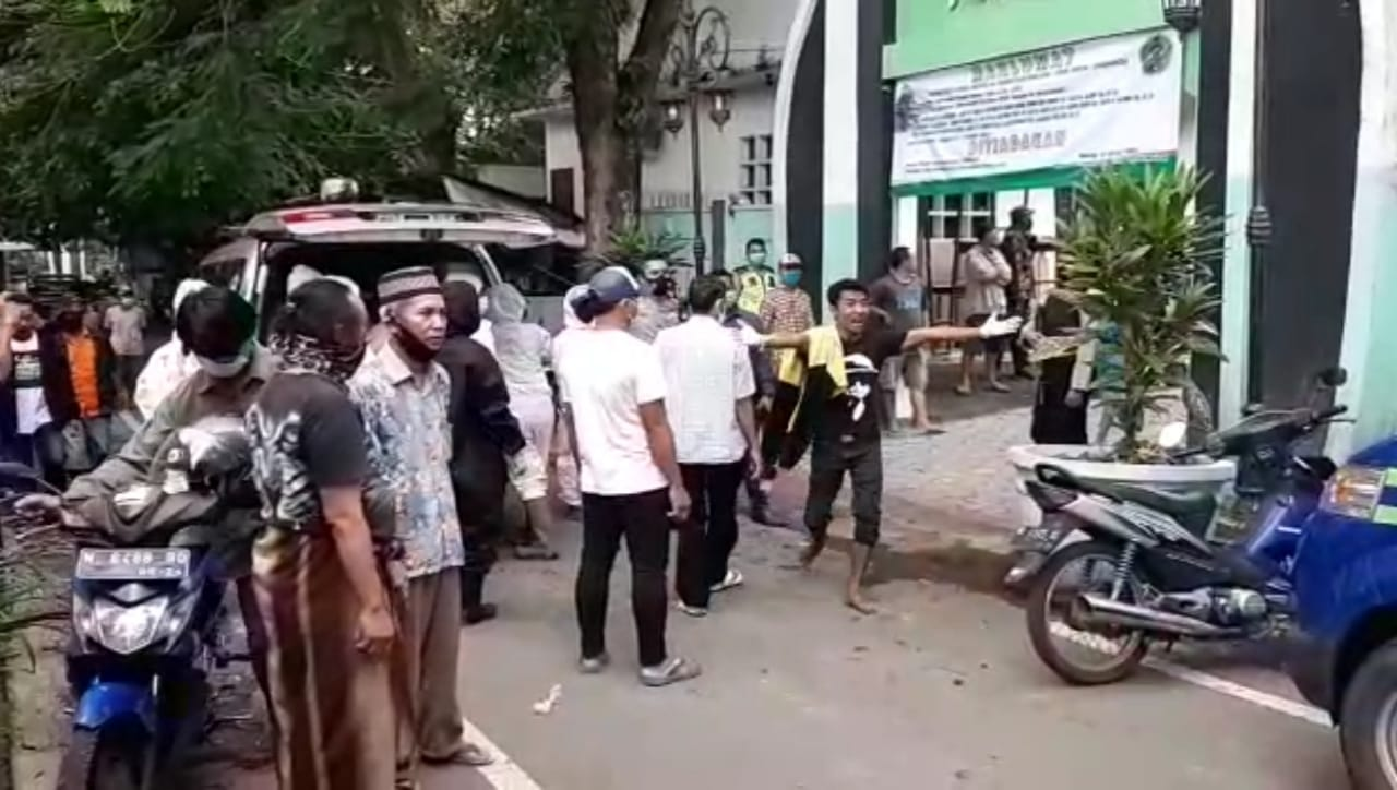 Tangkapan layar video insiden keributan antara pihak keluarga dan petugas pemulasaraan jenazah COVID-19 yang tertukar saat akan dimakamkan. (Foto: Dokumen/Tugu Malang/Tugu Jatim)