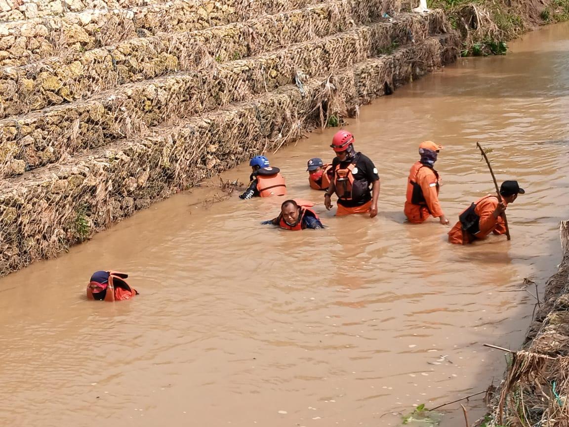 Petugas gabungan sedang melakukan penyisiran korban yang hanyut di Tuban. (Foto: Moch Abdurrochim/Tugu Jatim)