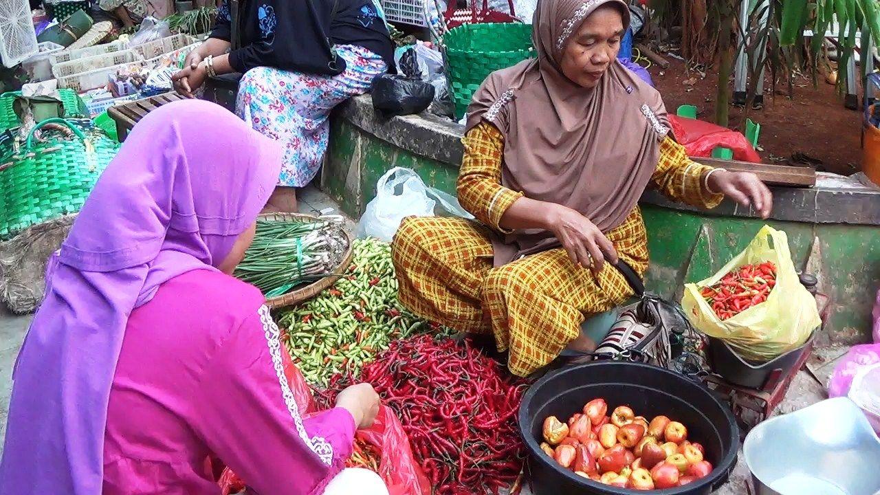 Ilustrasi penjual cabai yang semakin mahal di pasaran. (Foto: Moch Abdurrochim/Tugu Jatim)