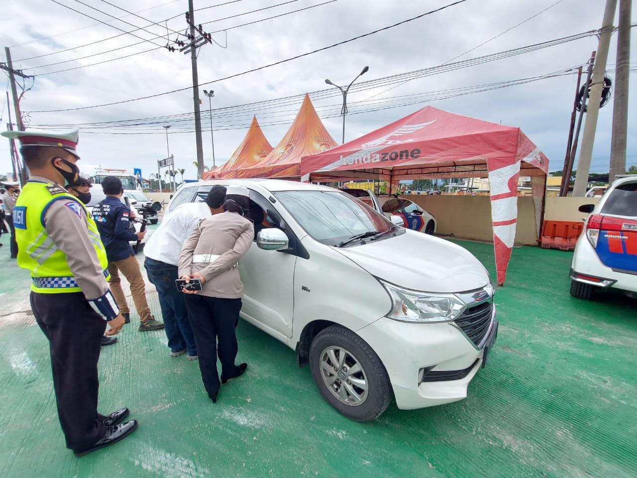 Mobil berpenumpang reaktif COVID-19 dipulangkan oleh Satlantas Polres Malang. (Foto: Rizal Adhi/Tugu Malang/Tugu Jatim)