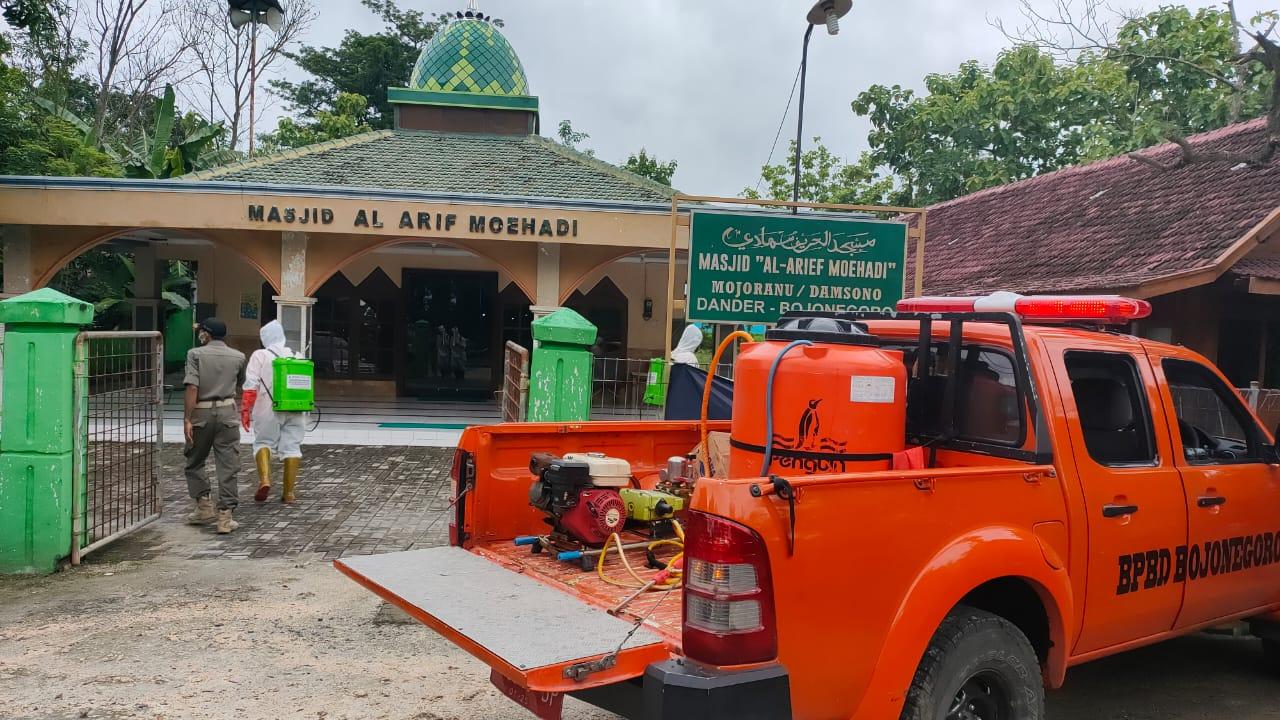 Penyemprotan dengan cairan disinfektan di tempat umum yang dilakukan Pemkab Bojonegoro misalnya dilakukan di masjid. (Foto: BPBD Bojonegoro)