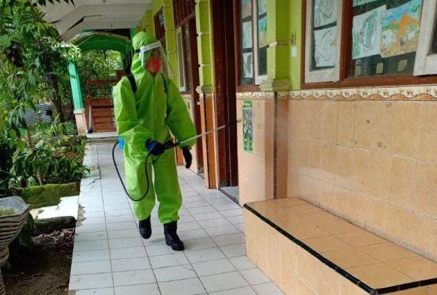 Penyemprotan cairan disinfektan di sekolah-sekolah di Bojonegoro. (Foto: Humas Pemkab Bojonegoro)