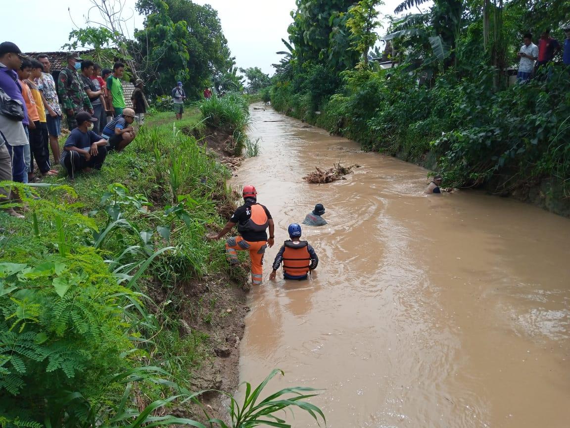Warga dan petugas dari BPBD Tuban, Basarnas, dan Polri melakukan penyisiran secada manual di Sungai Avour Suru. (Foto: Moch Abdurrochim/Tugu Jatim)