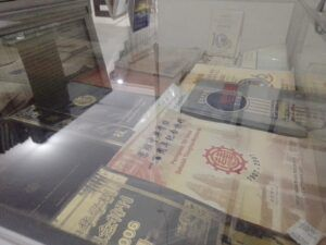 Beberapa koleksi naskah dan arsip kuno di Perpustakaan Medayu Agung Surabaya. (Foto: Rangga Aji/Tugu Jatim)