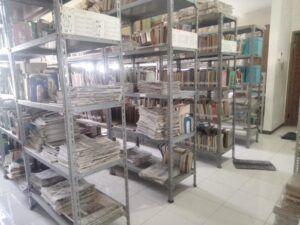 Rak yang dipenuhi buku-buku kuno di dalam Perpustakaan Medayu Agung Surabaya. (Foto: Rangga Aji/Tugu Jatim)