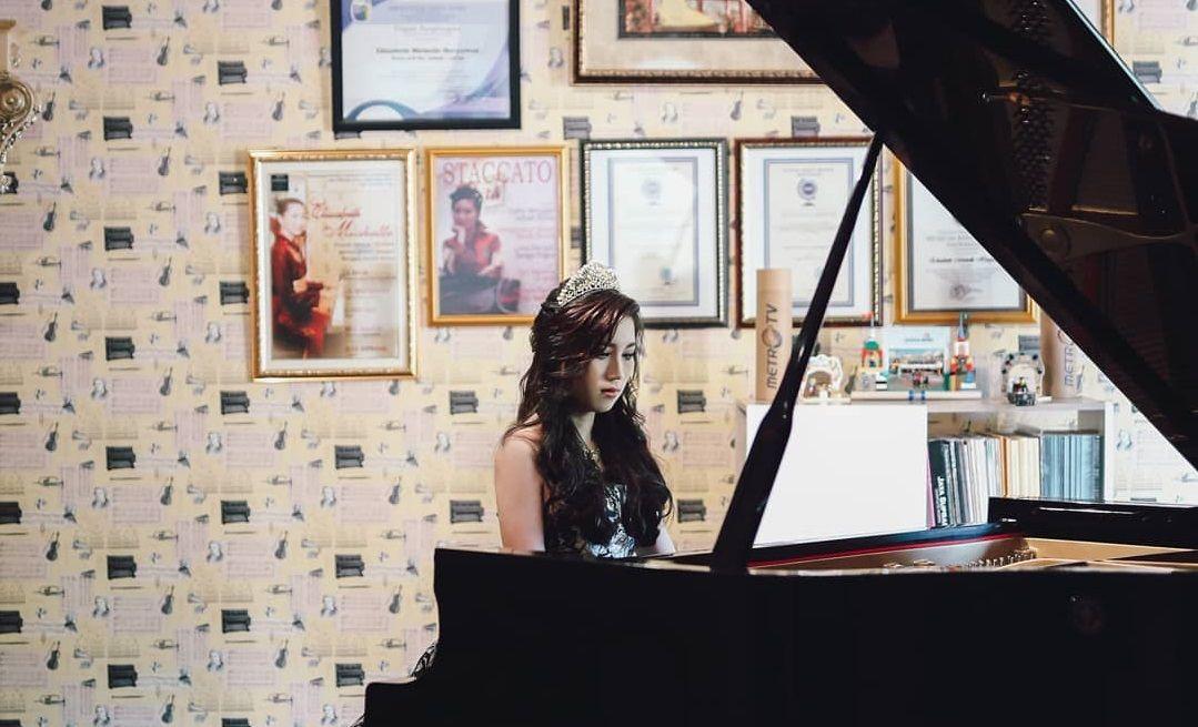 Elizabeth Michelle Heryawan saat bermain piano. (Foto: Instagram Elizabeth Michelle Heryawan) tugu jatim