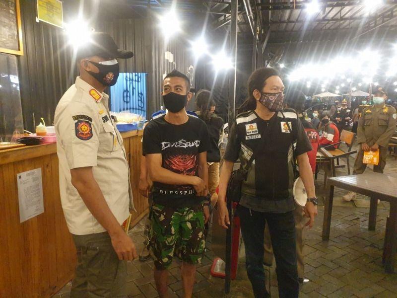 Razia dan operasi yustisi sedang dilakukan di salah satu tempat di Kota Surabaya saat PPKM. (Foto: Humas Polda Jatim) tugu jatim