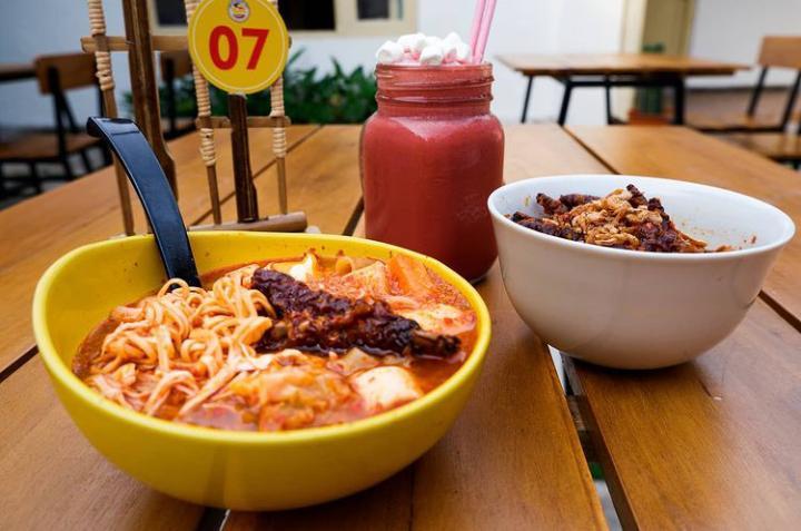 Seblak Mamang Ndut, makanan khas Bandung yang ada di Kota Malang. (Foto: Instagram/Seblak Mamang Ndut) tugu jatim