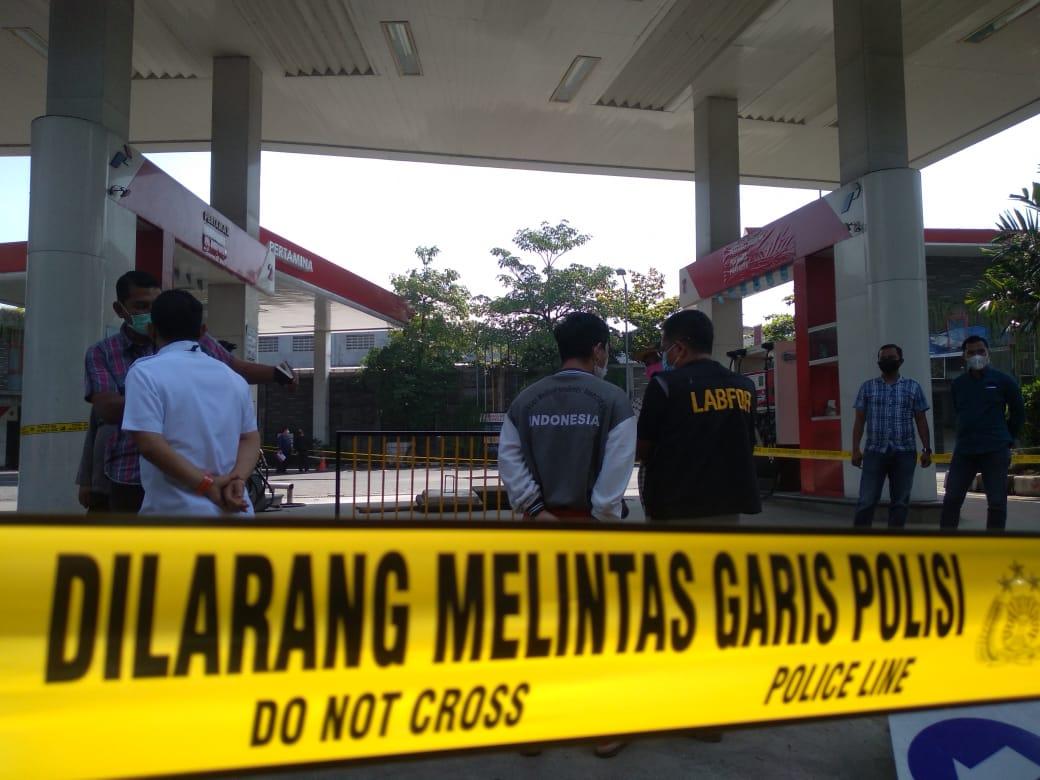 Garis polisi yang dipasang memagari SPBU Margomulyo Surabaya yang sempat terjadi letupan api yang mirip kebakaran. (Foto: Rangga Aji/Tugu Jatim)
