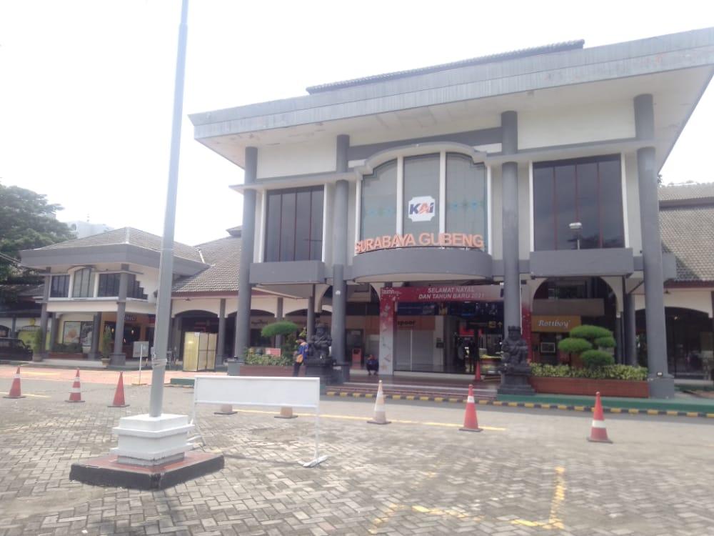 Stasiun Surabaya Gubeng. (Foto: Rangga Aji/Tugujatim.id) kerata jarak jauh jarak menengah GeNose c-19 tugu jatim