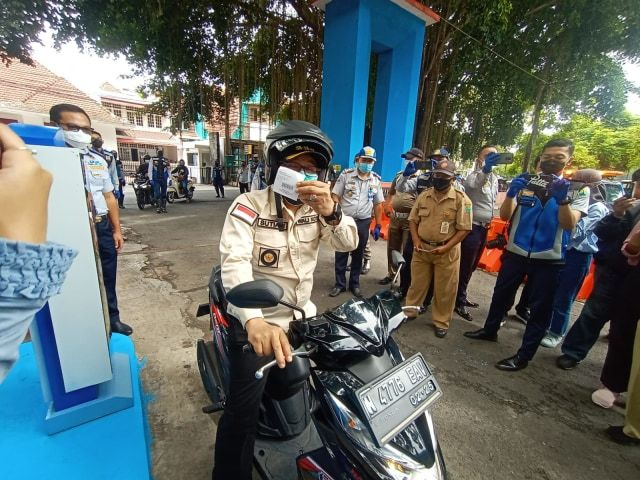 Wali Kota Sutiaji ketika meresmikan sistem e-parking di kawasan Stadion Gajayana Kota Malang. (Foto: Feni Yusnia/Tugu Malang/Tugu Jatim)