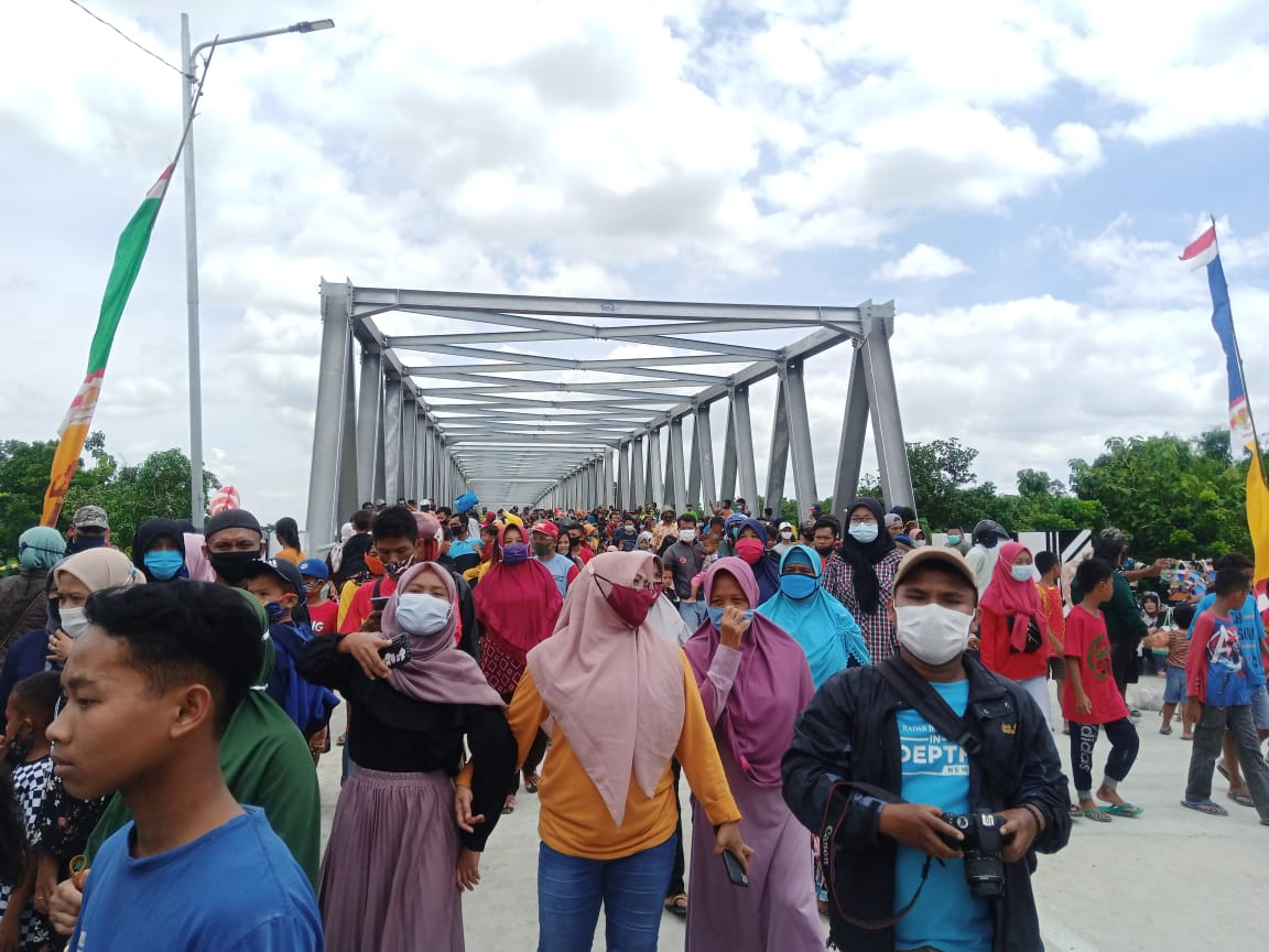 Ratusan warga tampak antusias menyaksikan peresmian jembatan baru penghubung Blora dan Bojonegoro, yakni Terusan Bojonegoro Blora. (Foto: Moch Abdurrochm/Tugu Jatim)