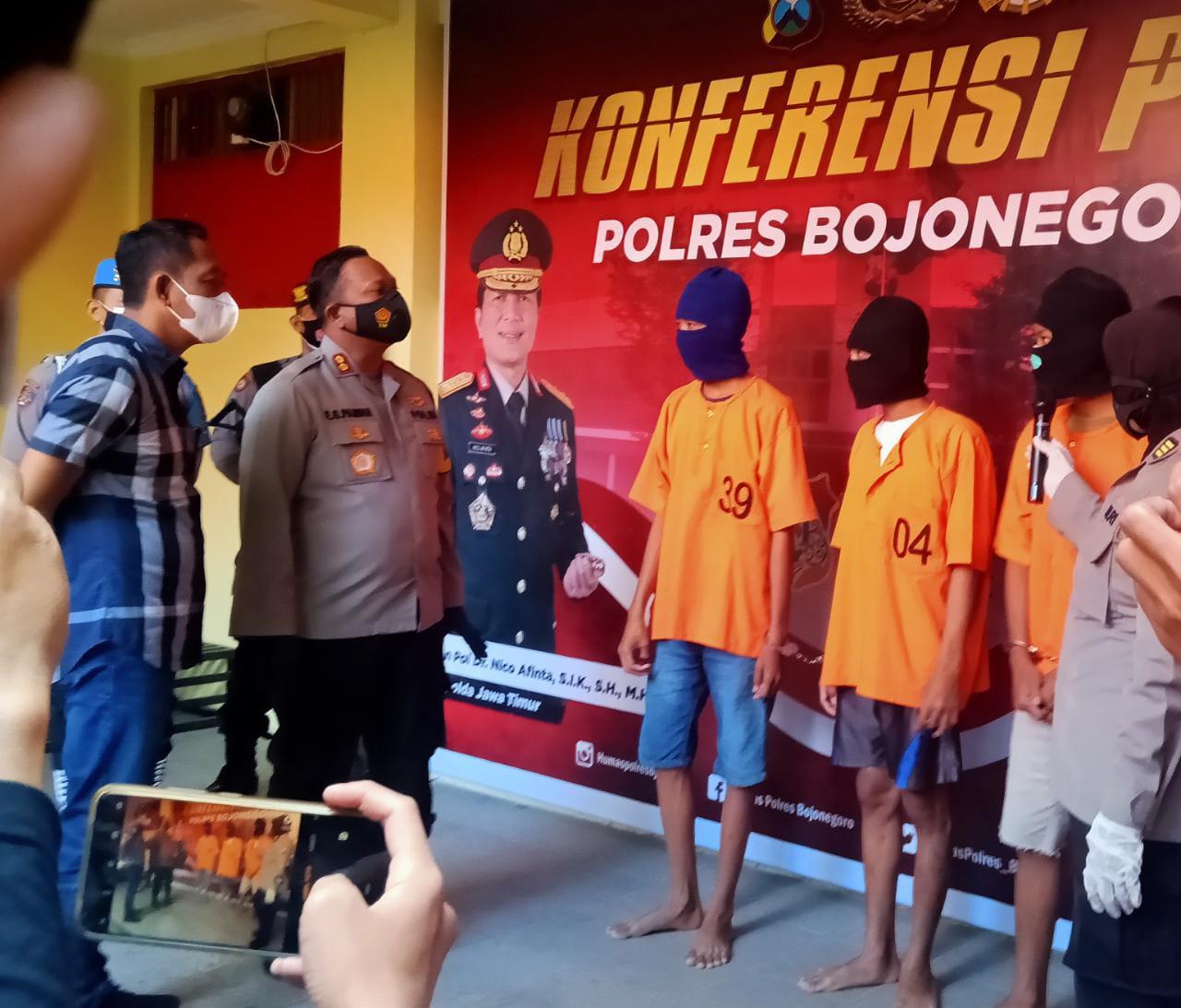 Tiga pelajar di Bojonegoro yang diamankan karena kasus pengeroyokan. (Foto: Mila Arinda/Tugu Jatim)