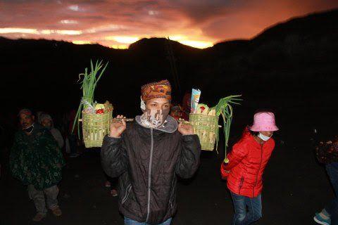 Warga Tengger mengenakan masker dan membawa sayuran untuk dilarung dalam rangkaian Kasada. (Foto: BEN/Tugu Malang/Tugu Jatim)