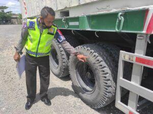 Pihak kepolisan menunjukkan ban truk yang menjadi penyebab pemotor menjadi korban kecelakaan. (Foto: Satlantas Polres Tuban)