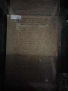 Tulisan tangan naskah asli milik Pramoedya Ananta Toer yang sengaja dititipkan ke Oei Hiem Hwie, Pendiri Perpustakaan Taman Medayu Agung Surabaya. (Foto: Rangga Aji/Tugu Jatim)