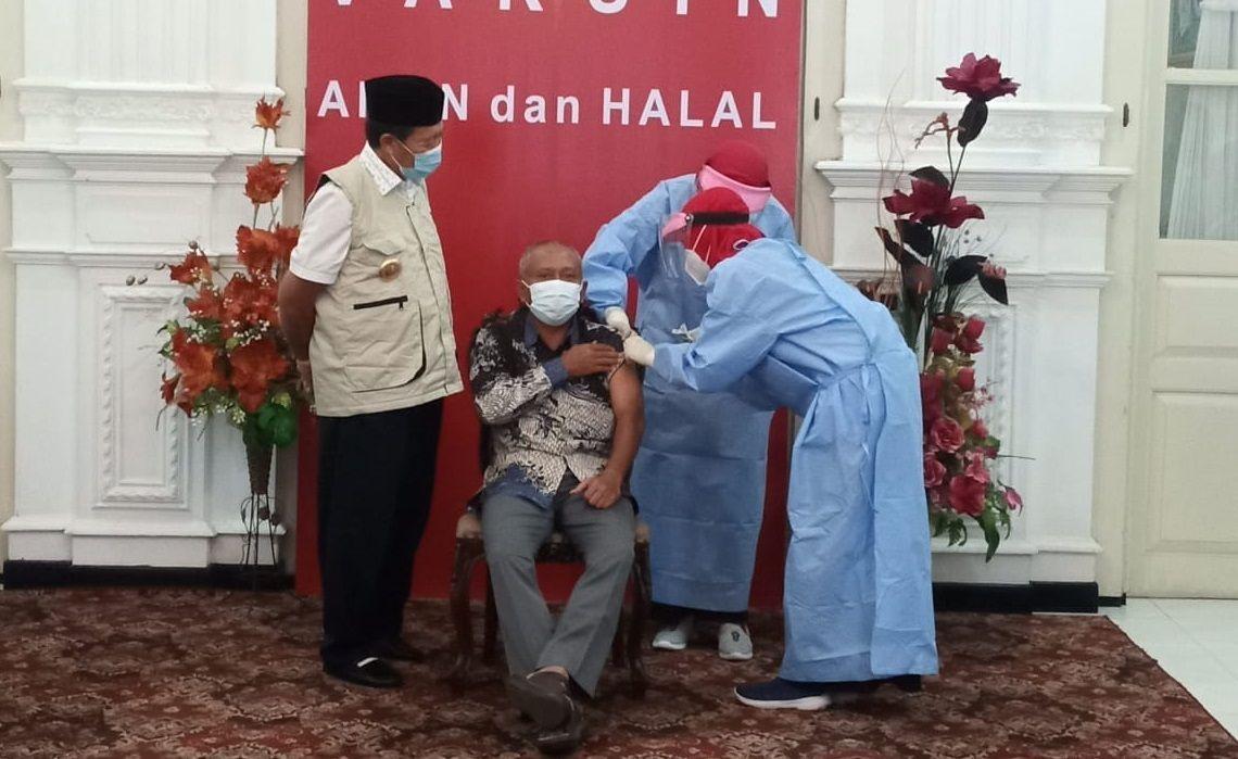 Ketua DPRD Tuban M. Miyadi di dampangi Bupati Tuban saat vaksinasi COVID-19, Rabu (27/1/2021). (Foto: Moch Abdurrochim/Tugu Jatim)