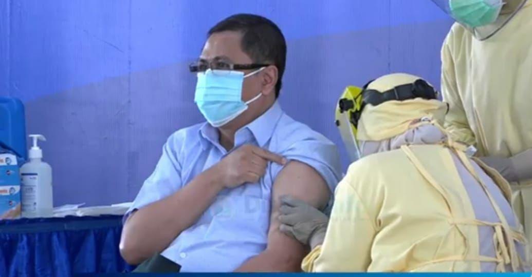 Proses vaksinasi secara simbolis untuk pertama kalinya di Kota Malang pada 28 Januari 2021. (Foto: Dokumen/Tugu Malang/Tugu Jatim)
