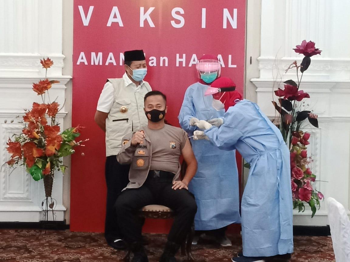 Bupati Tuban H Fathul Huda menyaksikan penyuntikan vaksin kepada Forkopimda. (Foto: Moch Abdurrochim/Tugu Jatim)