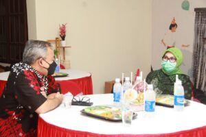 Dr Aqua Dwipayan berbincang bersama Kakanwil BNI Malang Bebi Lolita saat perayaan HUT ke-2 tugumalang.id. (Foto: Dok/Tugu Jatim)