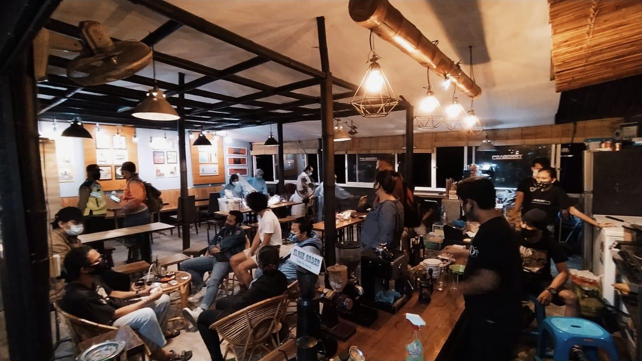 Sejumlah anak muda kedapatan nongkrong tanpa prokes di Kota Malang akhirnya diskrining deteksi Covid-19 menggunakan swab antigen pada Sabtu malam (06/02/2021). (Foto: Azmy/Tugu Jatim)