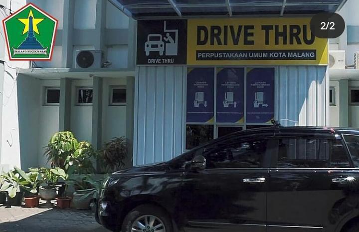 Drive thru adalah layanan terbaru dari Perpustakaan Umum Kota Malang untuk mempermudah meminjam dan mengembalikan buku. (Foto: Feni Yusnia/Tugu Jatim)