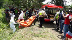 Mayat perempuan tanpa identitas akan dibawa ke RSSA Malang. (Foto: Rap/Tugu Jatim)