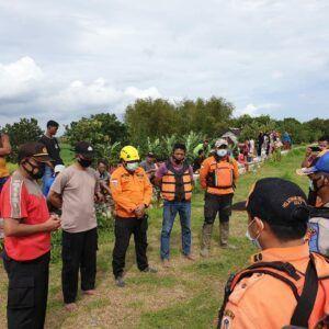 Petugas gabungan persiapan mencari korban di Sungai Bengawan Solo. (Foto: Humas BPBD Tuban/Tugu Jatim)