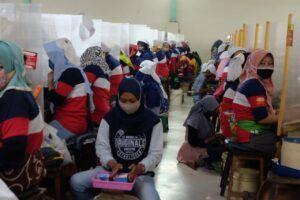 Aktivitas karyawan PT Gudang Baru Berkah di tengah pandemi Covid-19. (Foto: Rap/Tugu Jatim)