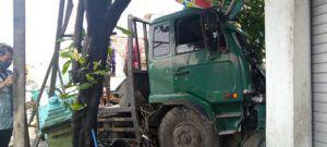 Bangkai truk bermuatan baja belum dievakuasi petugas. (Foto: Rochim/Tugu Jatim)