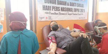 Anggota PWI dan warga mengikuti donor darah di Hari Pers Nasional 2021. (Foto: Rochim/Tugu Jatim)