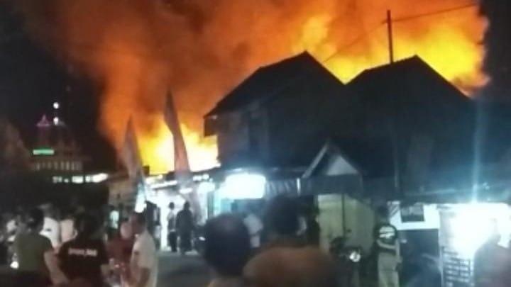 Kebakaran yang terjadi di Pasar Kepohbaru, Kecamatan Kepohbaru, Bojonegoro, Kamis malam (18/02/2021), yang mengakibatkan 350 kios dilalap si jago merah. (Foto: Istimewa/Tugu Jatim)