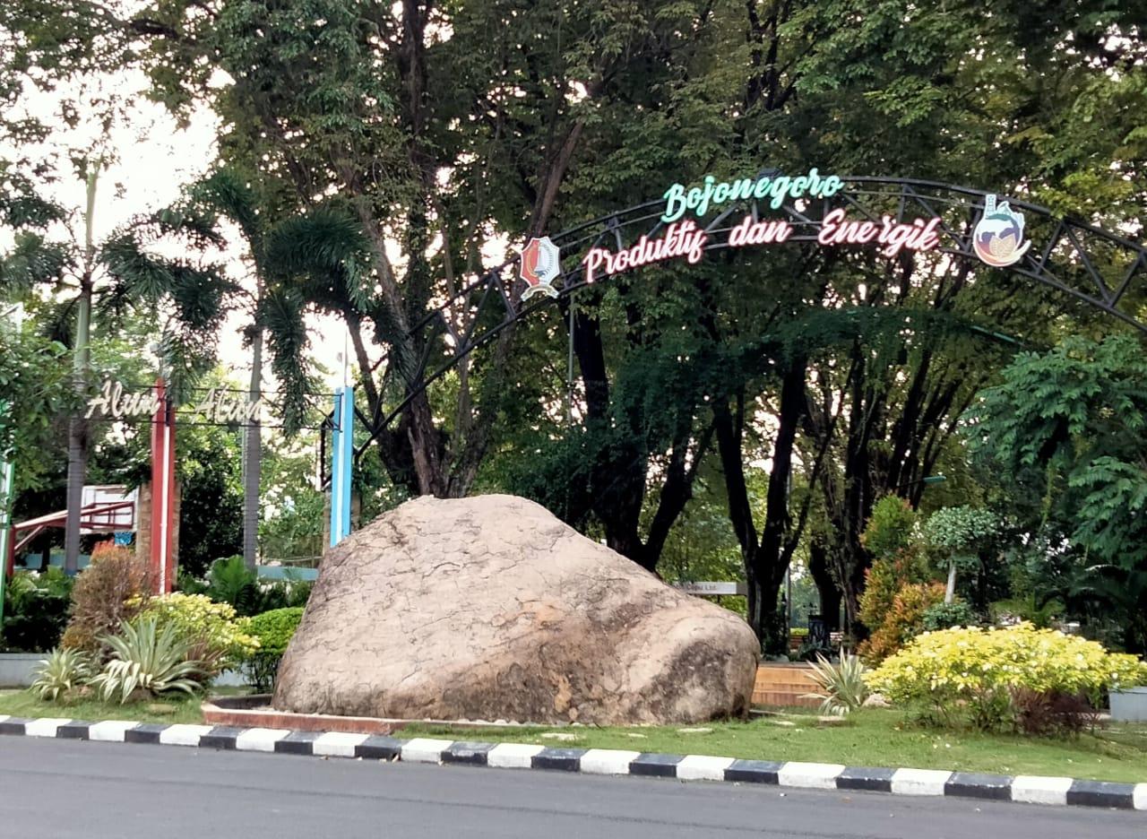 Watu Semar, ikon batu raksasa di depan Alun-Alun Bojonegoro. (Foto: Mila Arinda/Tugu Jatim)