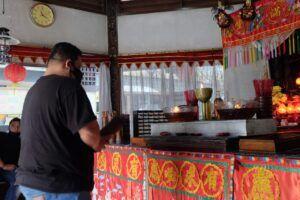 Pengunjung Klenteng Dewi Kwan Im Gunung Kawi, Kabupaten Malang, yang sedang berdoa. (Foto: Rap/Tugu Jatim)