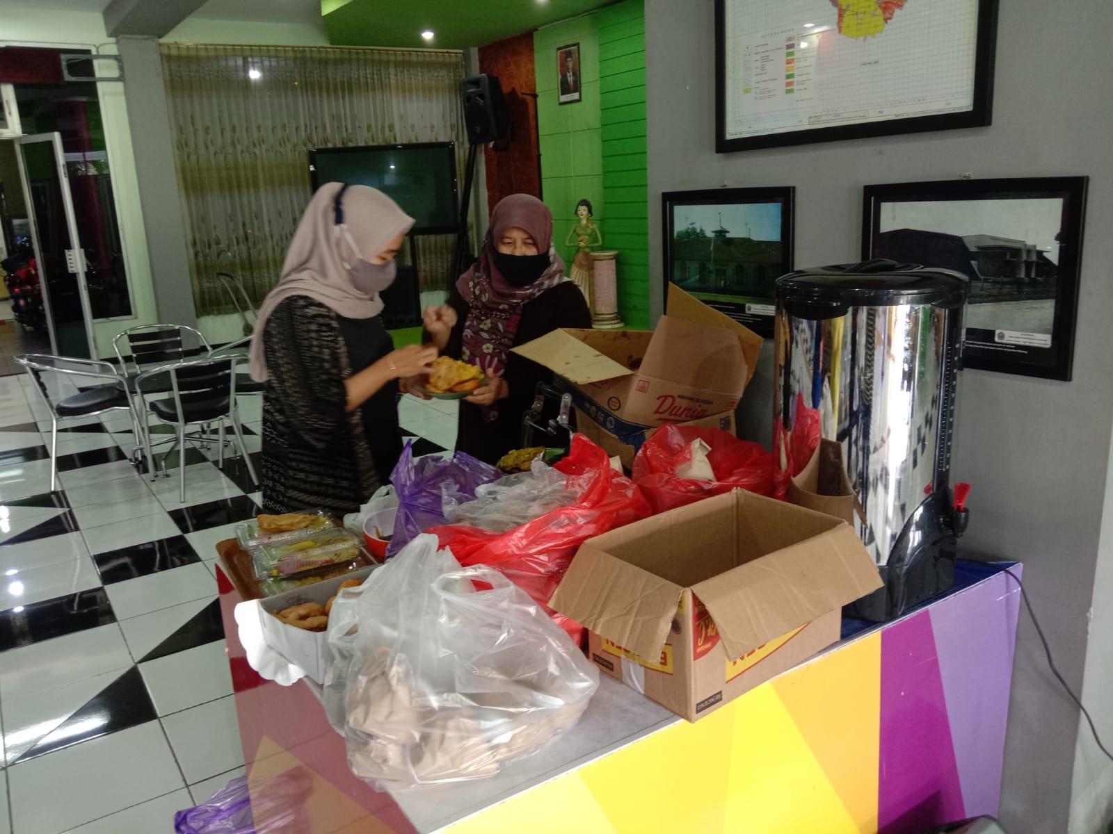 Perpustakaan Umum Kota Malang melaksanakan program Sedekah Jumat bagi pustakawan atau masyarakat yang berkunjung. (Foto: Feni Yusnia/Tugu Jatim)