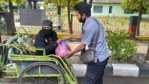 PWI bagi-bagi sembako kepada warga. (Foto: Rochim/Tugu Jatim)