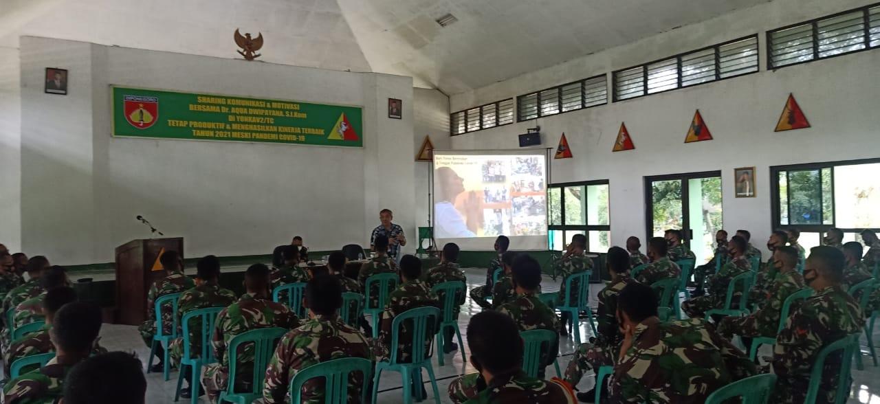 Pakar Komunikasi dan Motivator Nasional Dr Aqua Dwipayana saat mengisi sesi di Batalyon Kavaleri 2/Turangga Ceta Kodam IV/Diponegoro. (Foto: Dok/Tugu Jatim)