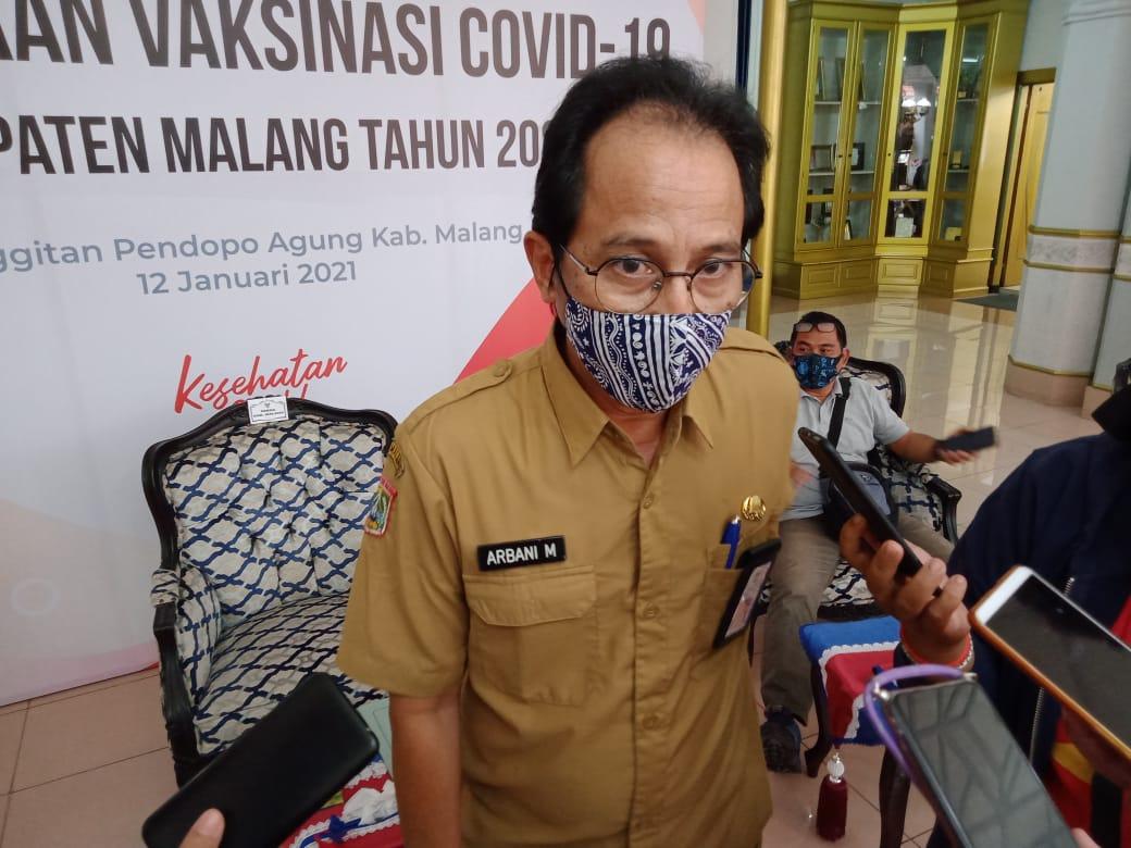 Kepala Dinas Kesehatan (Kadinkes) Kabupaten Malang Arbani Mukti Wibowo memiliki target total 7.750 tenaga kesehatan (nakes) harus segera tervaksin 100 persen dalam 2 minggu. (Foto:Rap/Tugu Jatim)