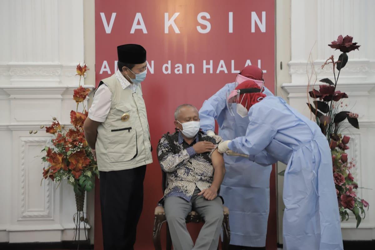 Bupati Tuban H. Fathul Huda saat vaksinasi sinovac bersama Ketua DPRD Tuban M. Miyadi. Pemkab Tuban menargetkan vaksinasi Covid-19 untuk nakes selesai pada akhir Februari 2021. (Foto:Humas Pemkab Tuban/Tugu Jatim)