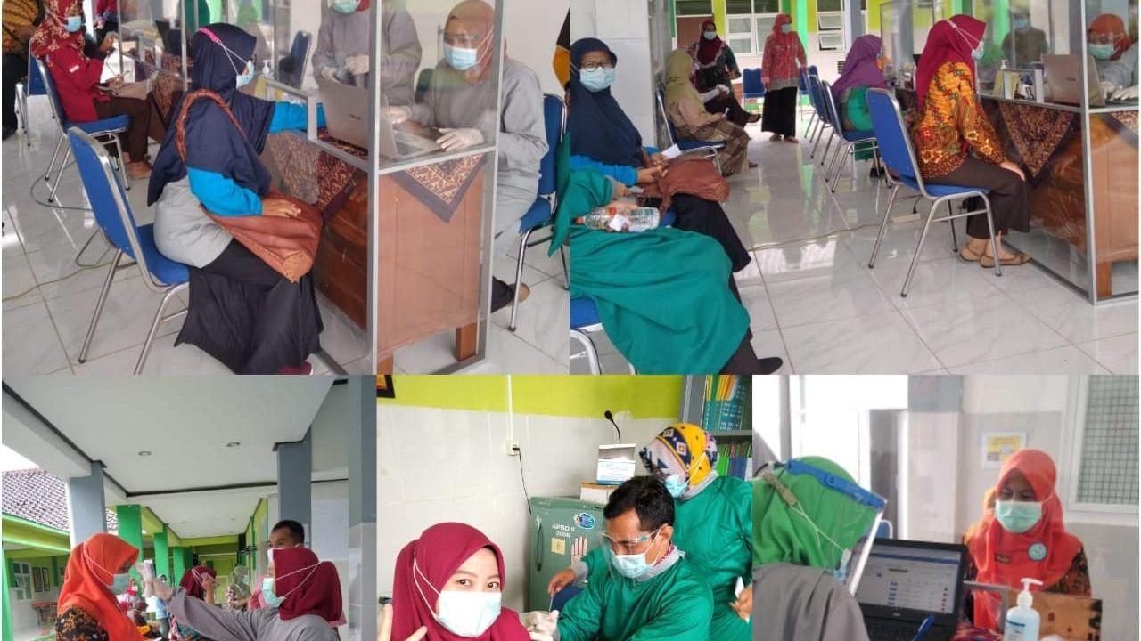 Capaian proses memberikan vaksin Covid-19 kepada tenaga kesehatan di Puskesmas Kecamatan Kepohbaru, Kabupaten Bojonegoro. (Foto: Juru Bicara Satgas Penanganan Covid-19 Kabupaten Bojonegoro/Tugu Jatim)