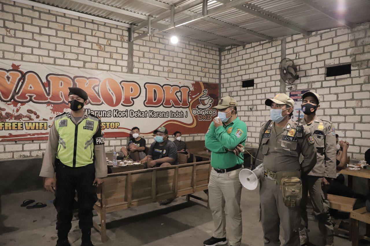 Petugas gabungan di Kabupaten Tuban melakukan operasi yustisi untuk memeriksa pemilik warung makan, kafe, dan tempat keramaian yang melanggar aturan prokes saat PPKM tahap kedua. Hal ini dilakukan untuk memutus mata rantai penyebaran virus Covid-19. (Foto: Humas Pemkab Tuban/Tugu Jatim)