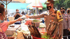 Kapolres Tuban Berikan Edukasi ke Masyarakat dengan Membagikan 2.500 Masker