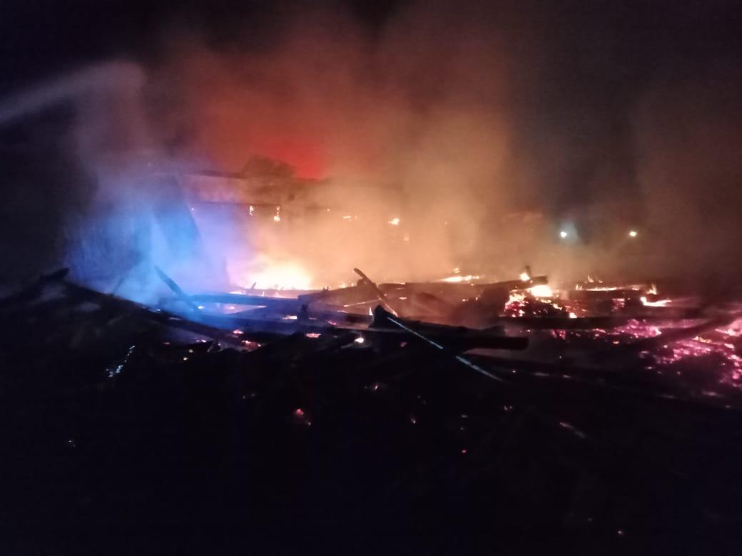 Pemadaman api yang dilakukan petugas damkar di Bojonegoro karena jerami yang terbakar. (Foto: Dinas Pemadam Kebakaran Bojonegoro/Tugu Jatim)