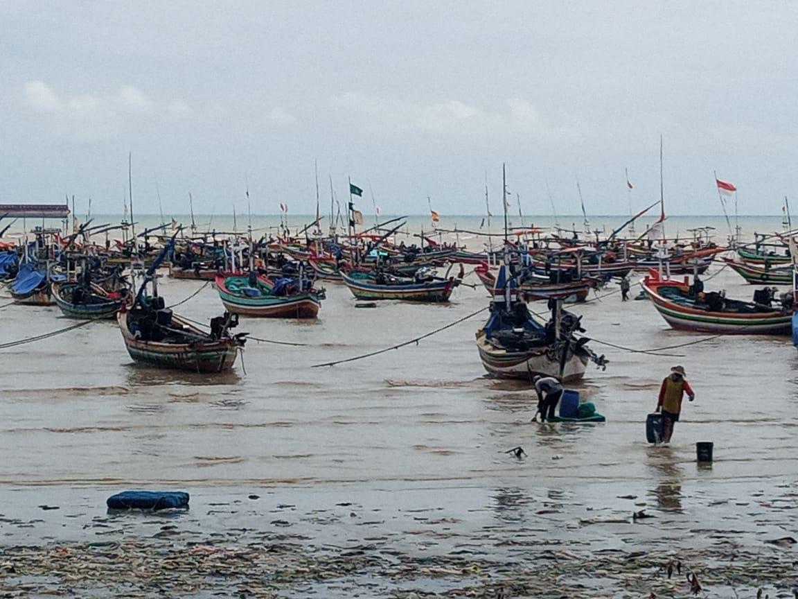 Nelayan di Tuban menyandarkan perahunya di tempat lain agar tidak karam lagi karena cuaca buruk. (Foto: Rochim/Tugu Jatim)