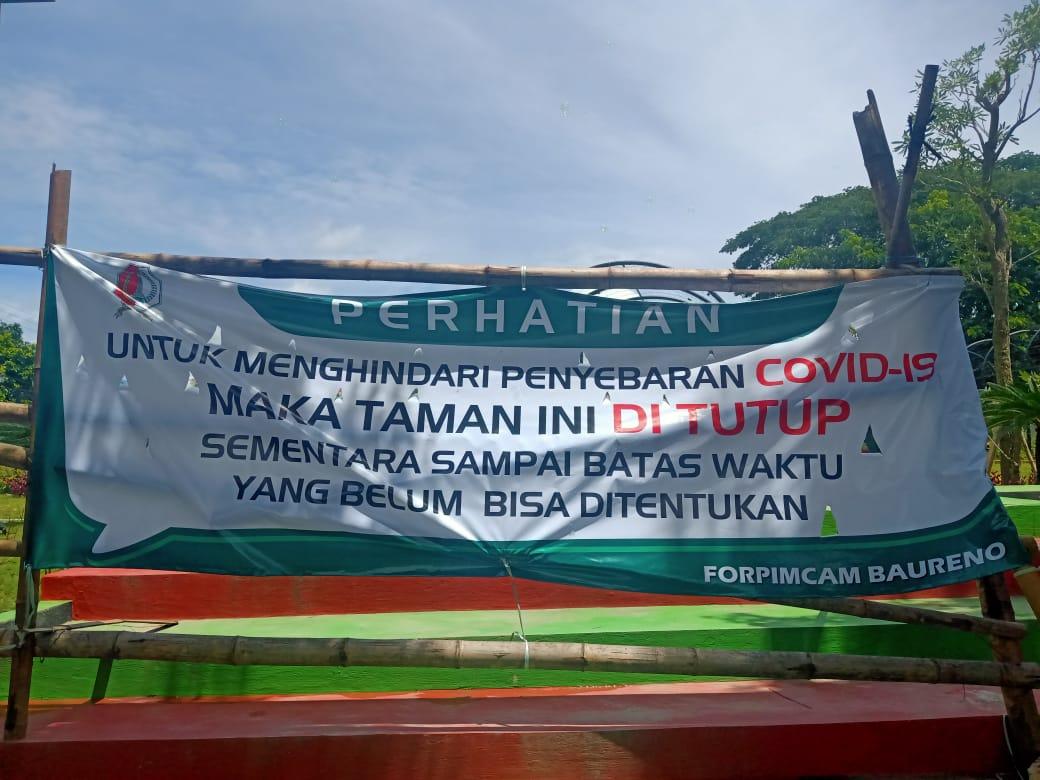 Tampak di depan Taman Gajah Bolong Bojonegoro dipasangi spanduk yang menandakan sementara tidak beroperasional. (Foto:Mila Arinda/Tugu Jatim)