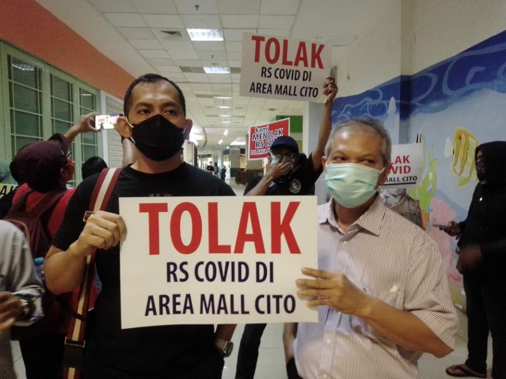Paguyuban P4 menyampaikan aspirasi penolakan rencana pengoperasian atau pembangunan Rumah Sakit (RS) Siloam yang dipakai untuk RS rujukan pasien Covid-19 di sekitar Cito Mall Surabaya, Rabu (03/01/2021). (Foto: Rangga Aji/Tugu Jatim)