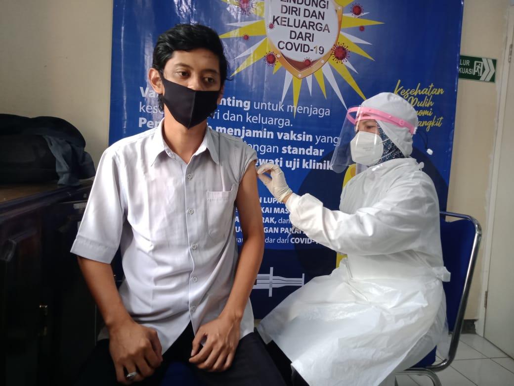 Puskesmas Kepanjen melaksanakan vaksinasi kepada nakes di Kabupaten Malang. (Foto:Rap/Tugu Jatim)
