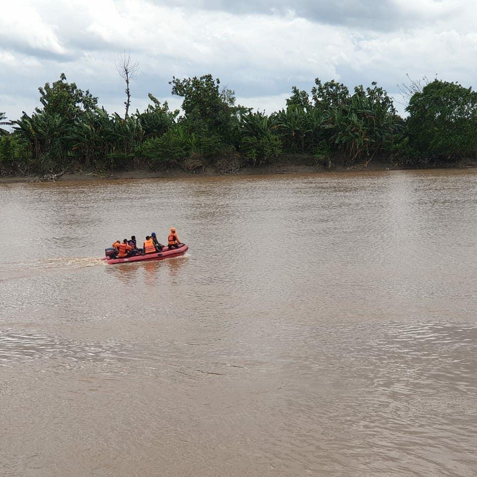 Petugas gabungan menyisir Sungai Bengawan Solo untuk mencari petani yang terkena longsor di Tuban. (Foto: Humas BPBD Tuban/Tugu Jatim)